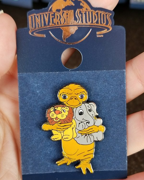 E.T. the Extra Terrestrial Universal Studios Trading Pin - ET Hugging Toys